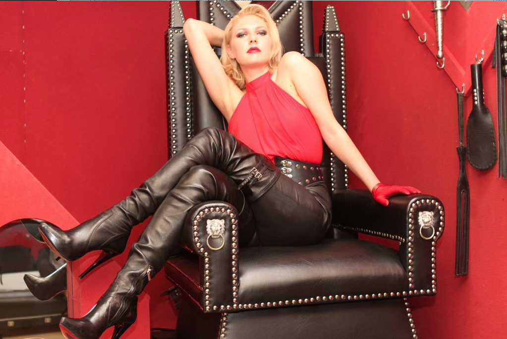 London-Mistress-Akella-on-her-throne