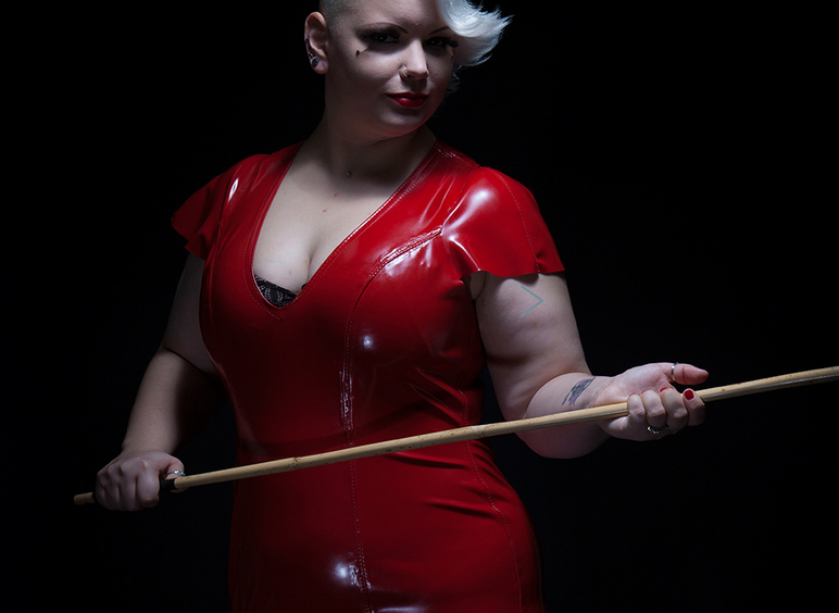 london-mistresses-miss-pierced-laura