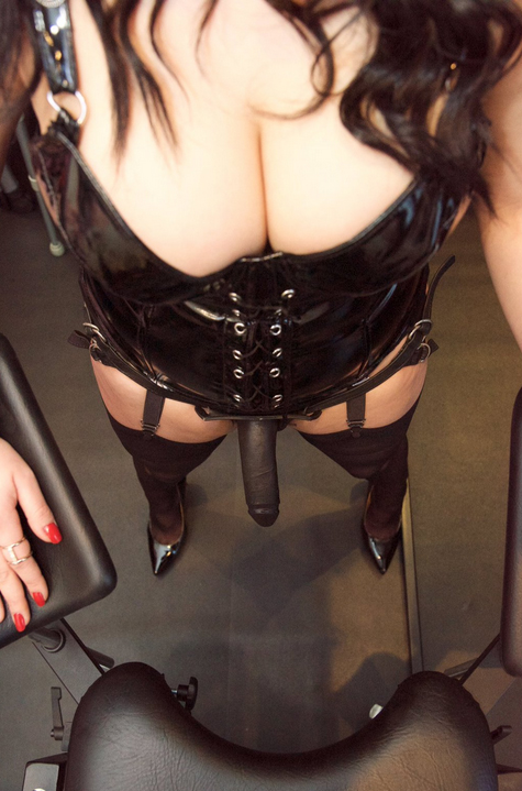 london-strapon-mistresses-dominica-de-sin